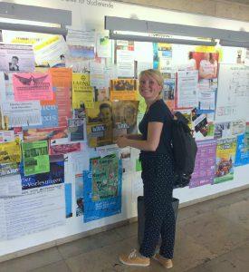 Magda von ae Worldwide beim Aufhängen von #bindabei-Plakaten